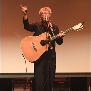 Potter Acoustic Guitarist | Laurie Dameron